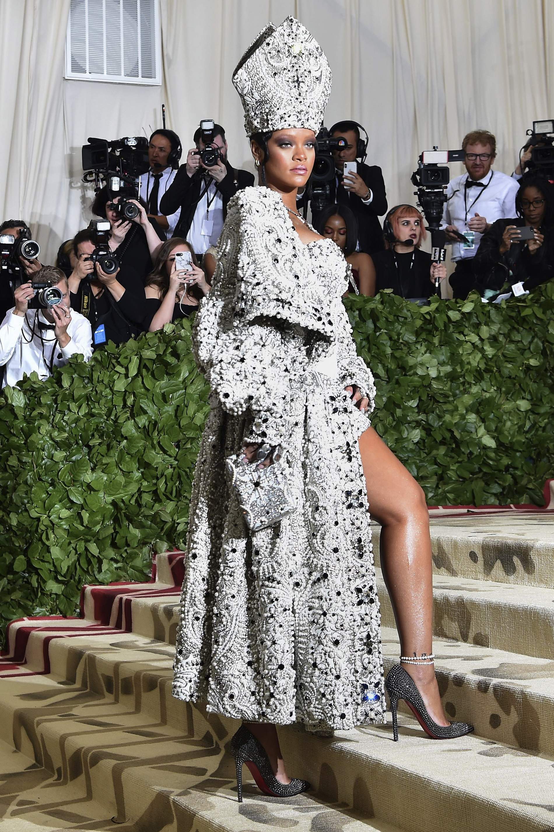 pics Rihanna To Wear Custom Givenchy Couture OnTour