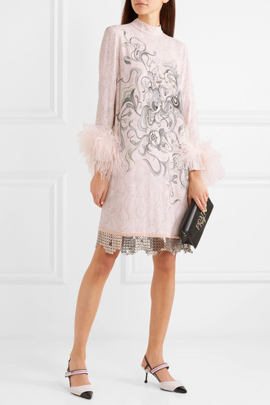 Prada Kleid aus bedrucktem Crêpe mit Feder- und Kettenbesatz