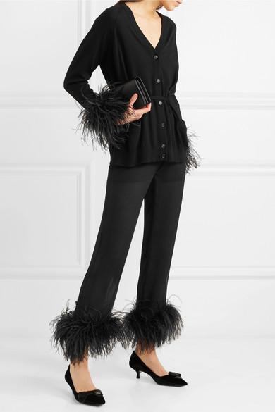 Prada Hose mit geradem Bein aus Seidenchiffon in Knitteroptik mit Federbesatz