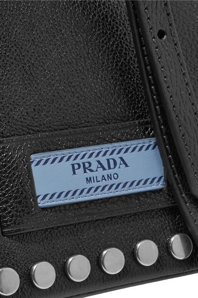 Prada Etiquette kleine Schultertasche aus strukturiertem Leder mit Nieten
