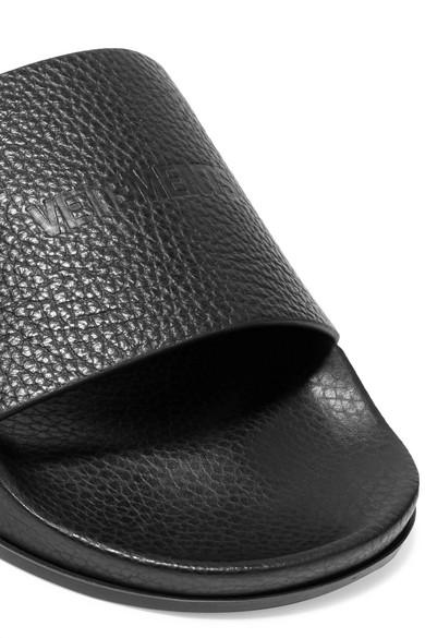Vetements Pantoletten aus strukturiertem Leder mit Logoprägung