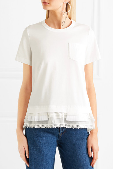 Sacai T-Shirt aus Baumwoll-Jersey mit Besätzen aus Spitze, plissierter Popeline und Satin