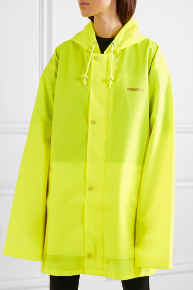 Vetements Bedruckte neongelbe Regenjacke aus beschichtetem Shell mit Kapuze