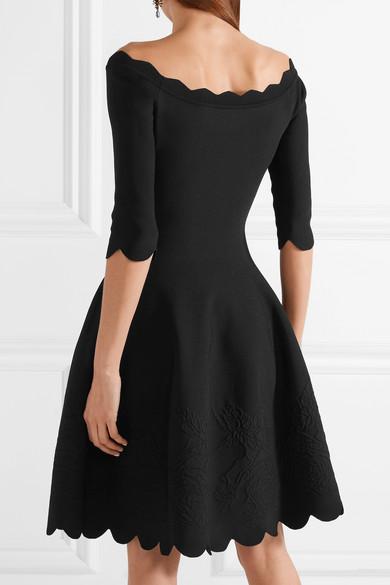Alexander McQueen Schulterfreies Kleid aus Stretch-Jacquard mit Wellenkante