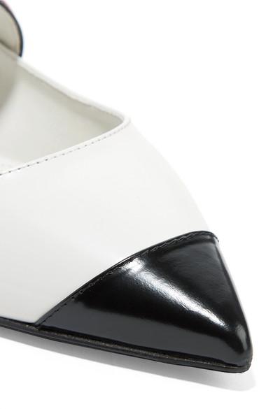 Prada Flache Schuhe mit spitzer Kappe aus Glanzleder mit Logoprint