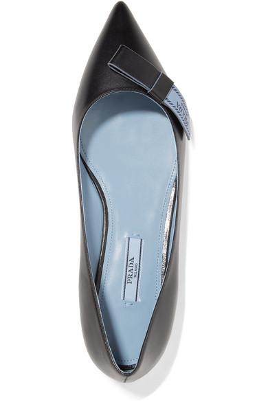 Prada Flache Schuhe aus Leder mit spitzer Kappe und Logoprint  Beschränkte Auflage Ausgang Finden Große zi75SrX6a