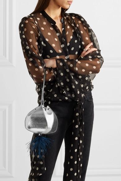 THE VOLON Cindy Clutch aus strukturiertem Metallic-Leder mit Federbesatz