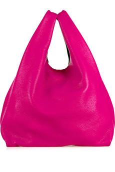 В противовес ярким сумкам- сумки белые, олицетворяющие весенюю свежесть.