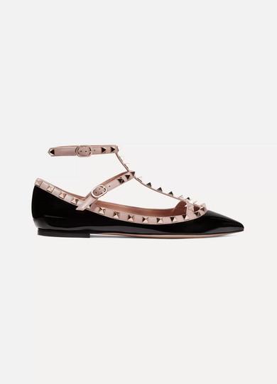 45bc6830c49617 Valentino. Chaussures plates à bouts pointus en cuir verni Rockstud  Valentino Garavani