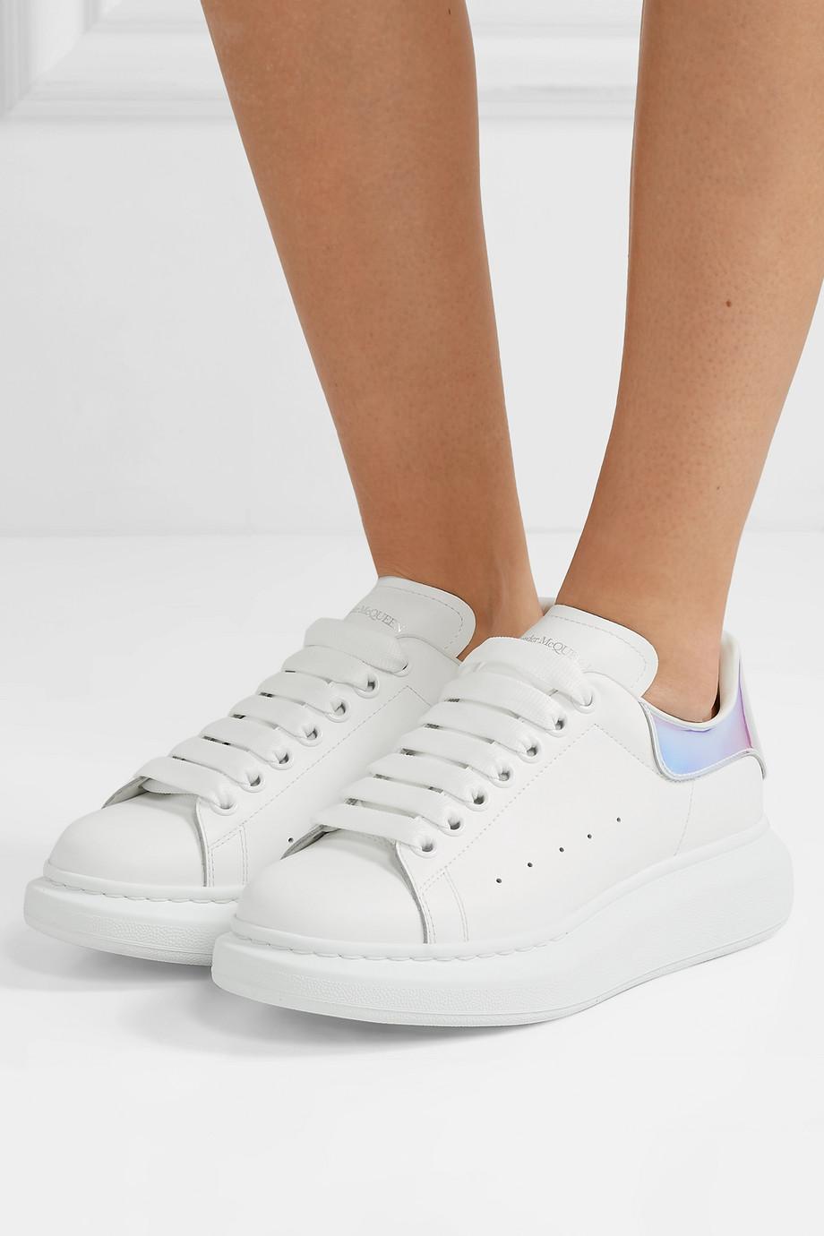 Alexander McQueen Sneakers aus Leder mit changierendem Besatz und überstehender Sohle
