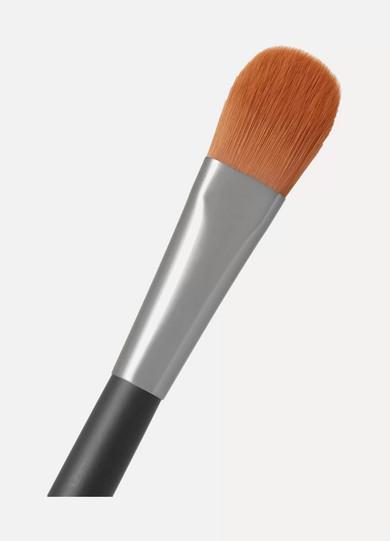 6a49baaed15 Burberry Beauty. Foundation Brush – No.04 ...