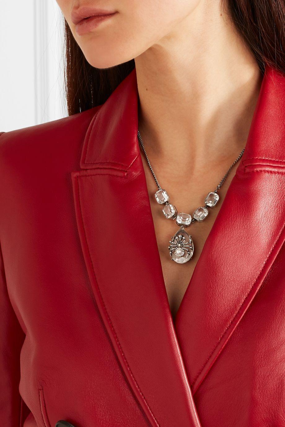 Alexander McQueen Silberfarbene Kette mit Kristallen und Kunstperlen