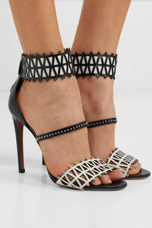 Alaïa 105 zweifarbige Sandalen aus Leder mit Nieten und lasergeschnittenen Details