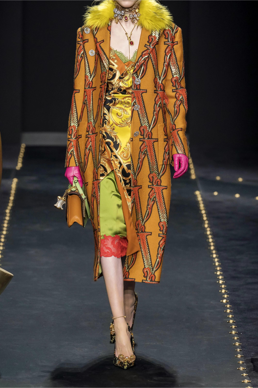 Versace Ruched verziertes Midikleid aus bedrucktem Seidensatin