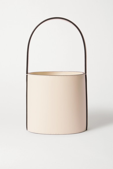 Här är STAUD Bissett Pvc And Patent leather Bucket Bag