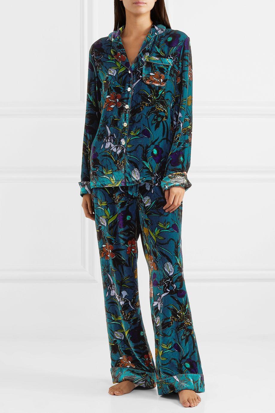 Olivia von Halle Lila Pyjama aus Seidensamt mit Blumenprint