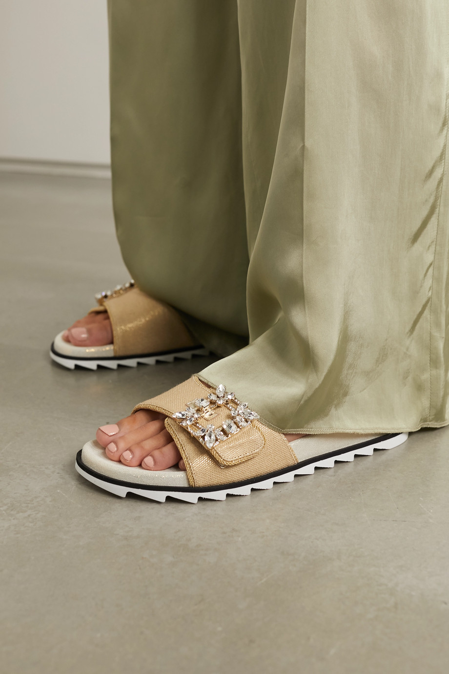 Roger Vivier Slidy Espa 水晶缀饰拉菲草拖鞋