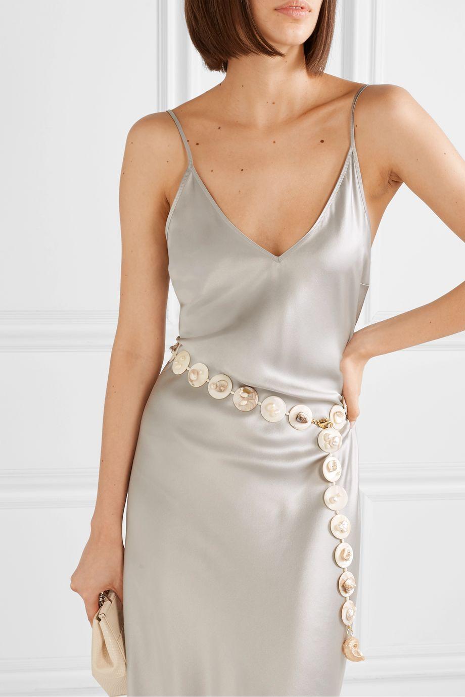 Anita Berisha 珍珠、贝壳、金色腰带
