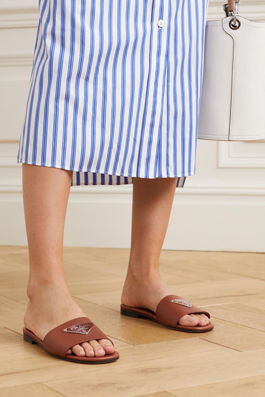 Prada Pantoletten aus Leder mit Logoverzierung