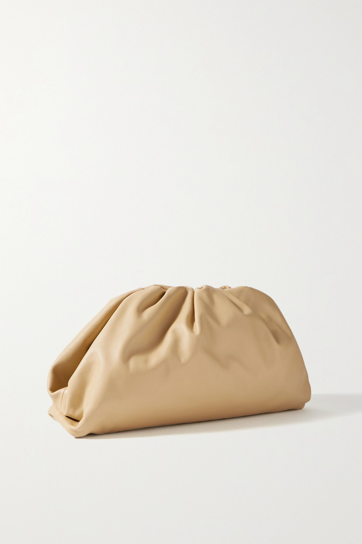 Bottega Veneta The Pouch große Clutch aus Leder mit Raffungen