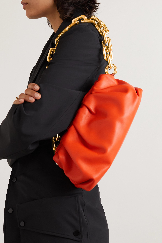 Bottega Veneta The Pouch Clutch aus Leder mit Raffungen und Kettenträger