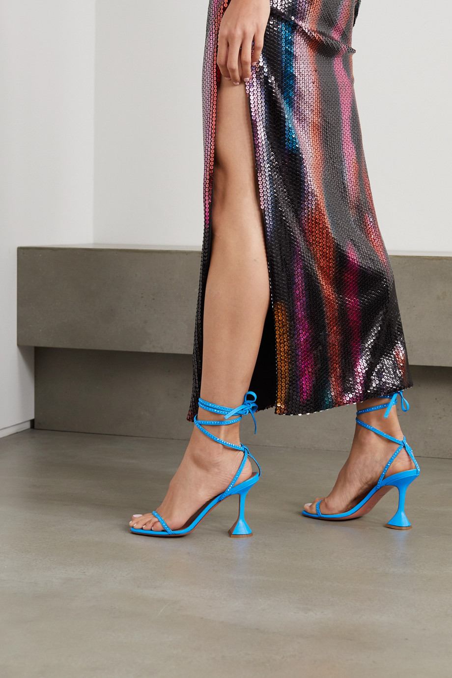 Amina Muaddi Vita Sandalen aus Leder mit Kristallen