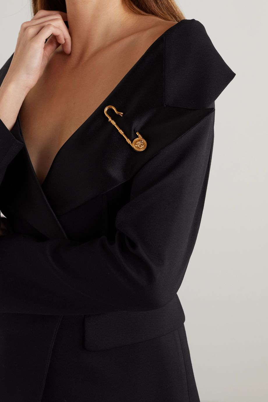 Versace 金色胸针