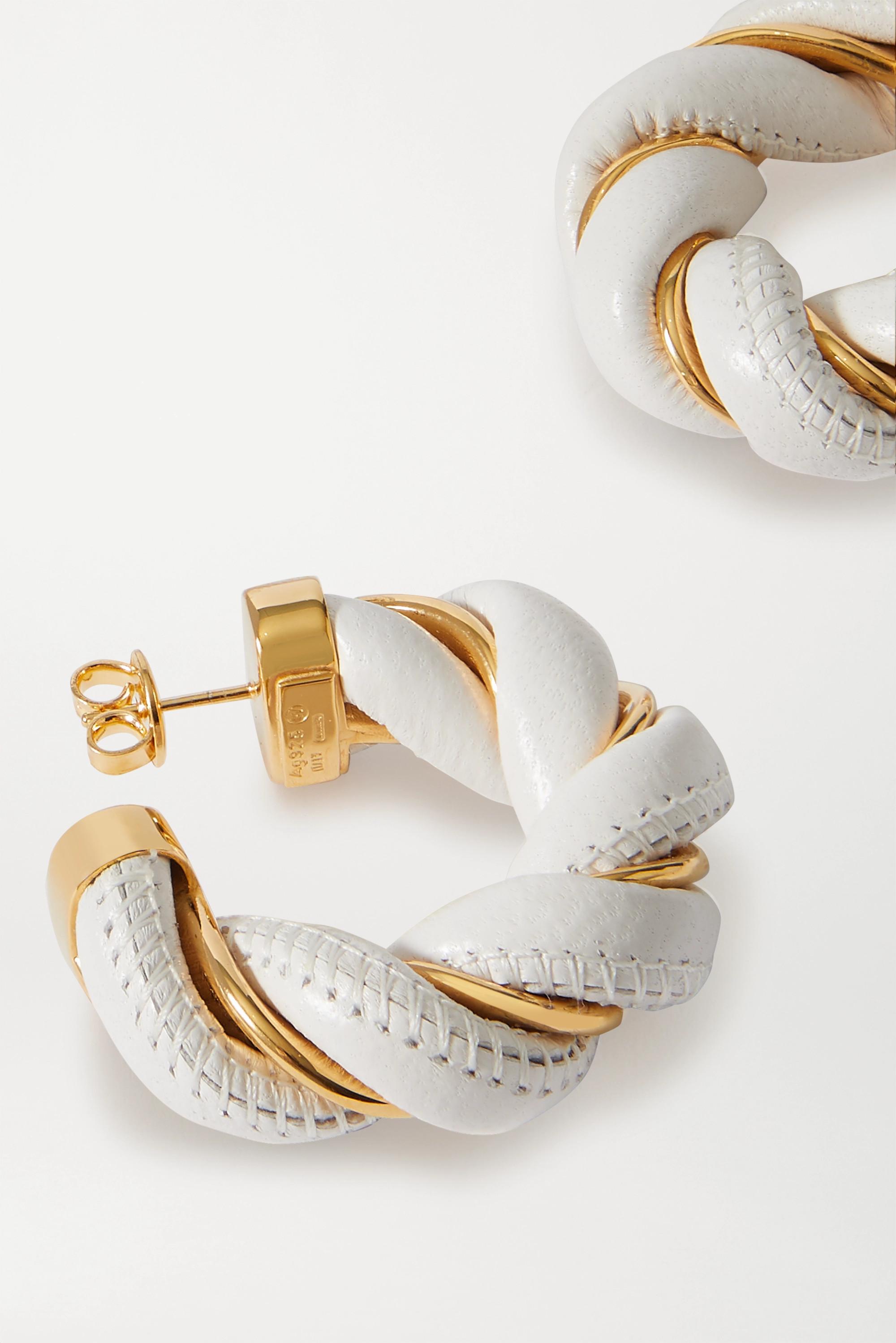 Bottega Veneta Goldfarbene Creolen mit Details aus Leder