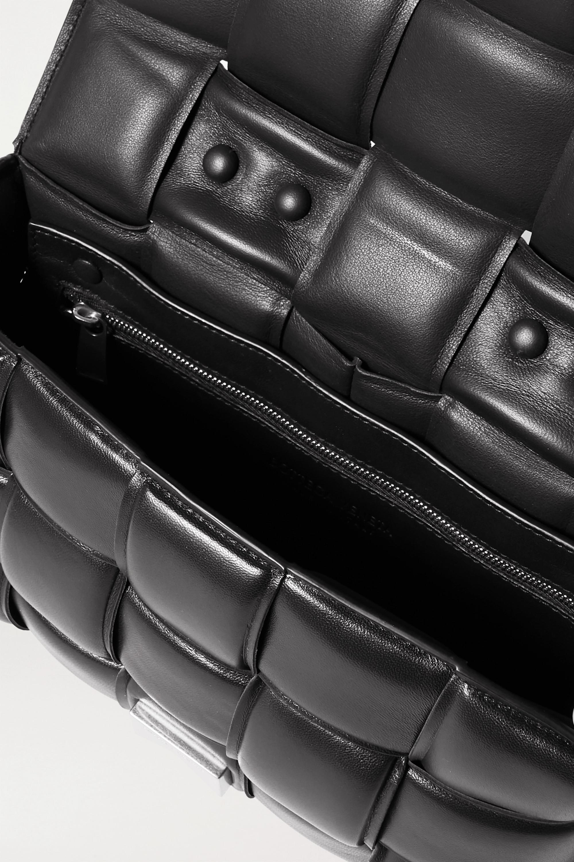 Bottega Veneta Cassette Schultertasche aus gepolstertem Intrecciato-Leder mit Kette