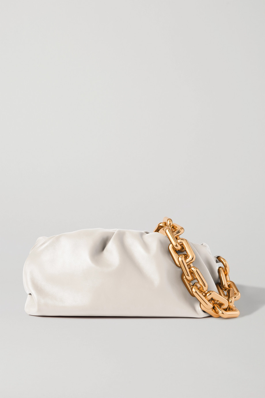 Bottega Veneta The Chain Pouch Clutch aus Leder mit Raffungen