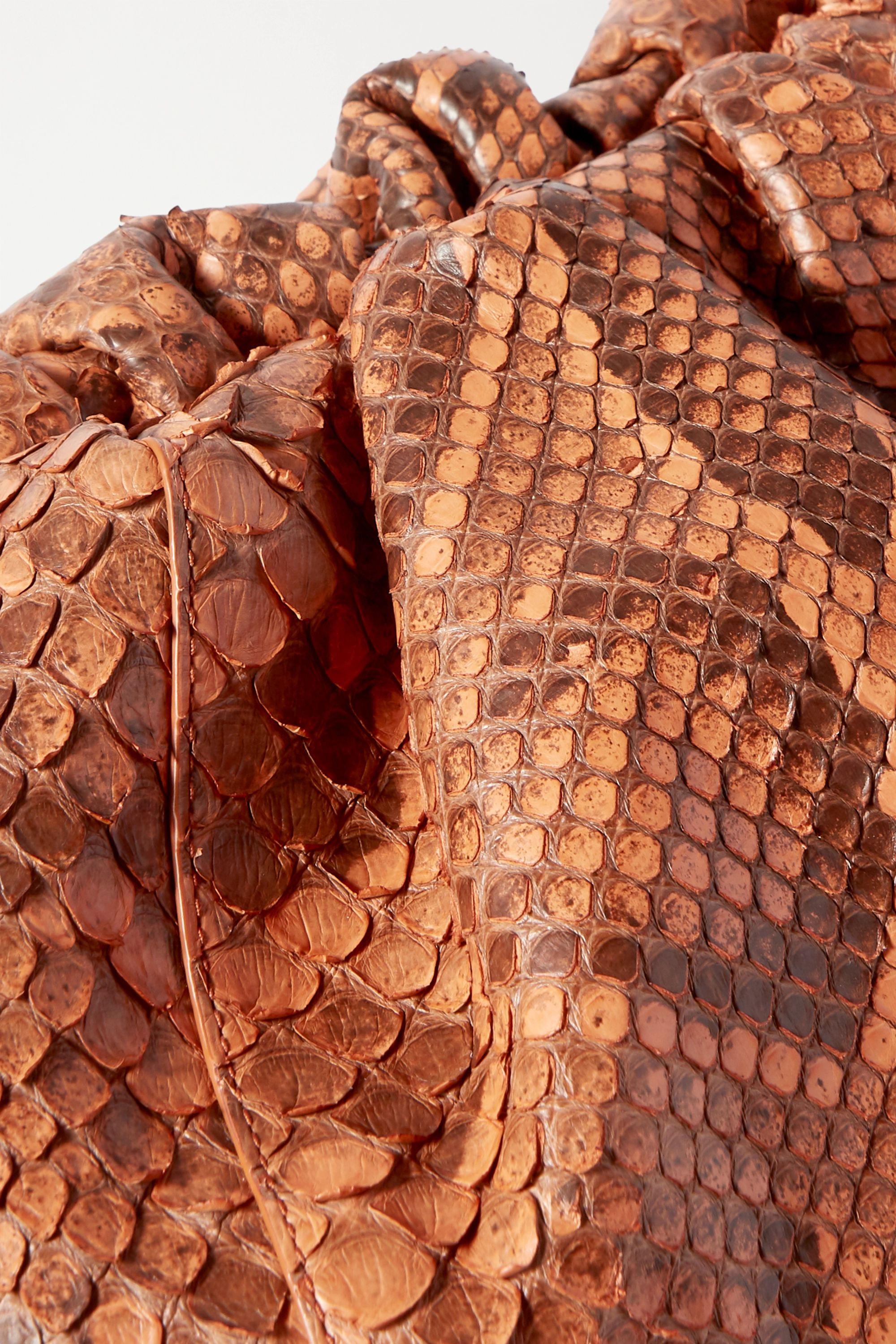 Bottega Veneta Pochette en python à fronces The Pouch Large