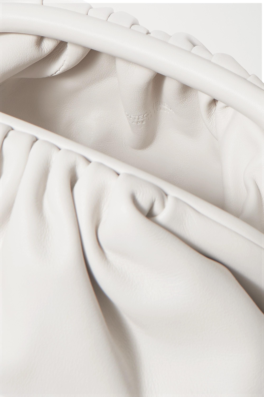 Bottega Veneta The Pouch kleine Clutch aus Intrecciato-Leder mit Raffungen