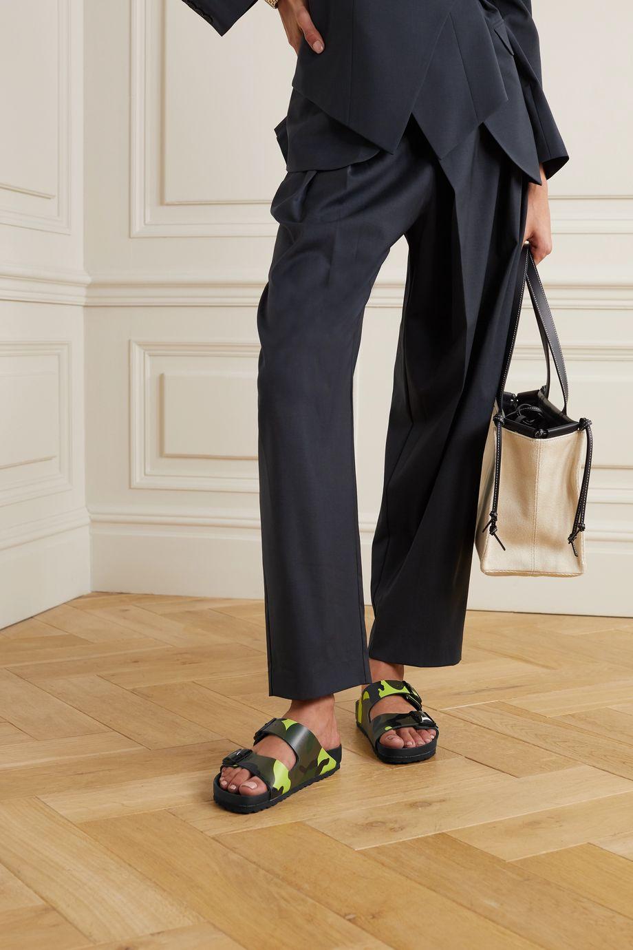 Valentino + Birkenstock Valentino Garavani Arizona Pantoletten aus bedrucktem Leder