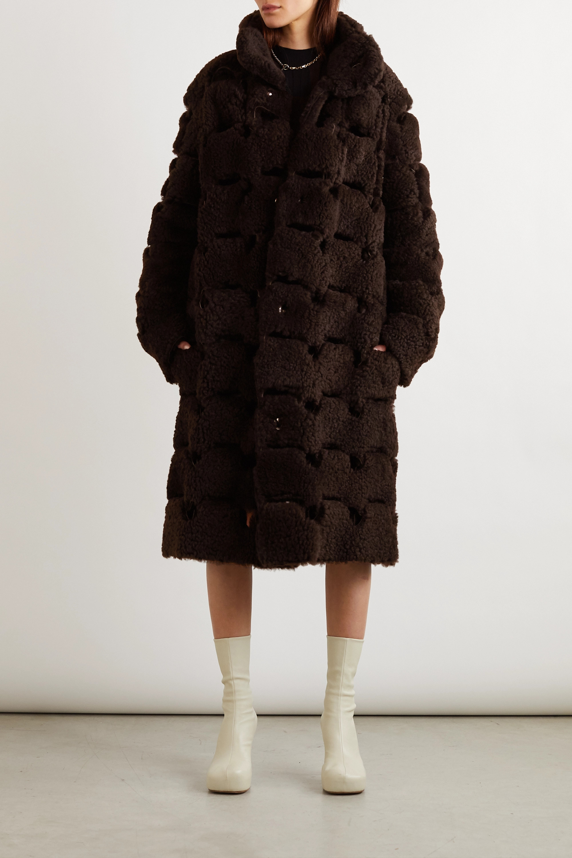 Bottega Veneta Oversized-Mantel aus Shearling mit Cut-outs