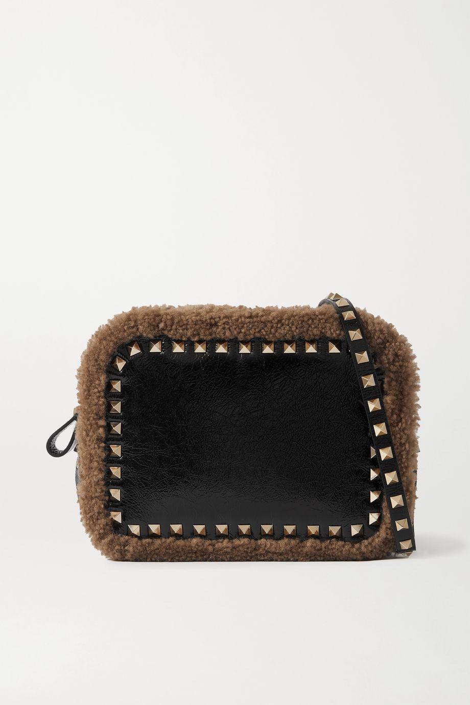 Valentino Valentino Garavani Rockstud shearling-trimmed crinkled glossed-leather shoulder bag