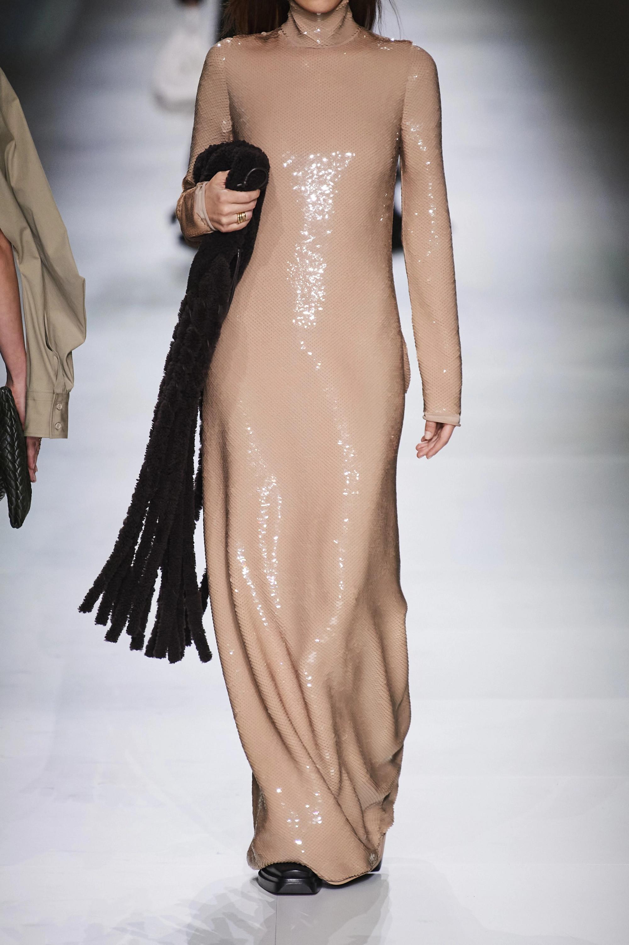 Bottega Veneta Robe longue dos ouvert à col montant en jersey à sequins