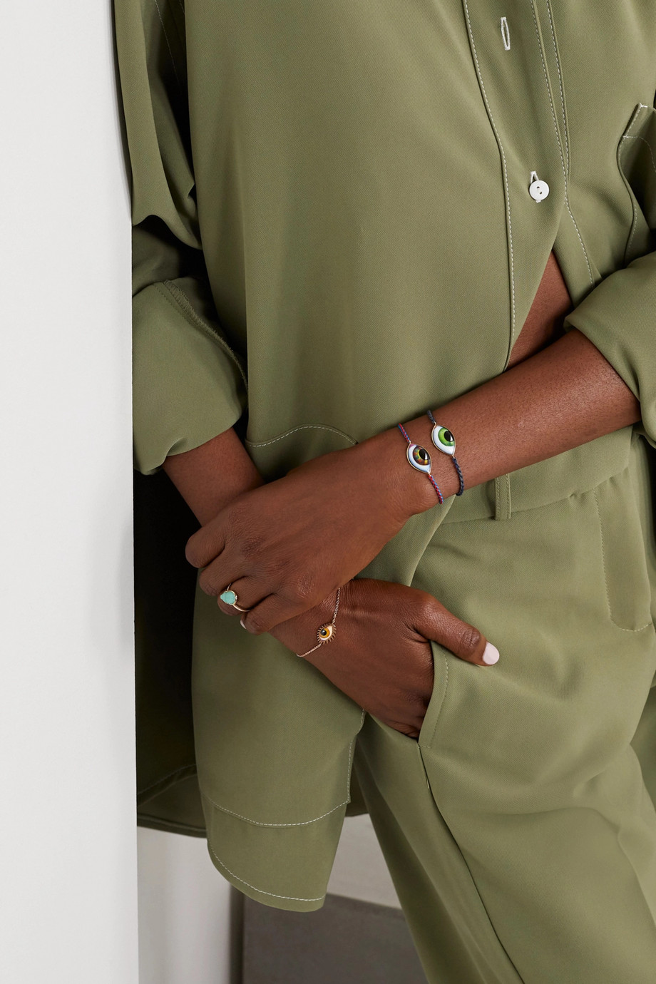 Lito Tu Es Partout Armband aus Makrameegarn mit Detail aus 14 Karat Gold und Emaille
