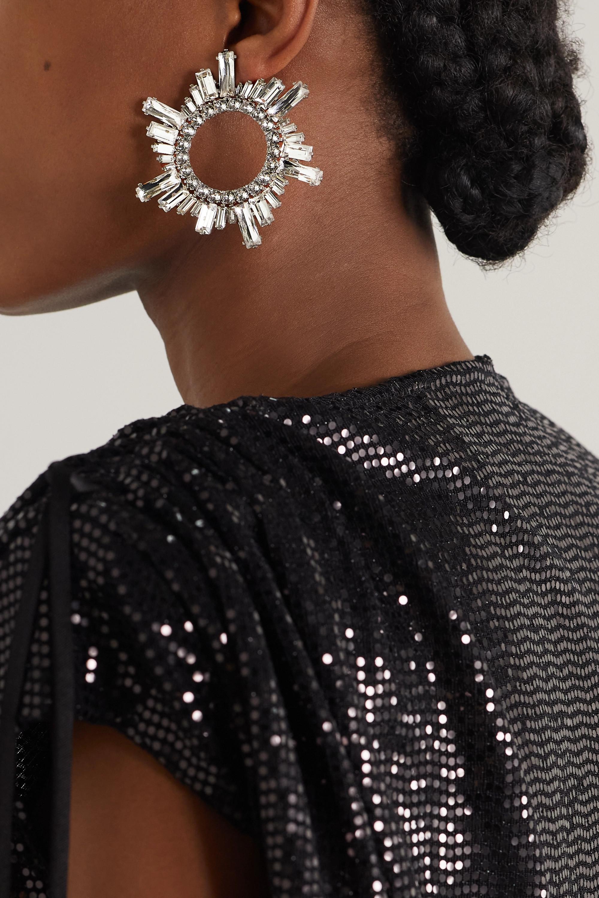 Amina Muaddi Boucles d'oreilles en métal argenté et cristaux Begum