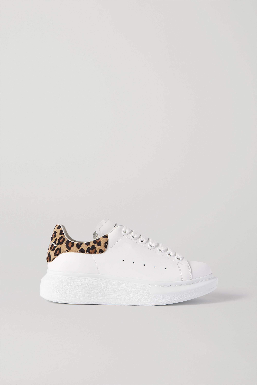 Alexander McQueen Sneakers aus Leder und Veloursleder mit Leopardenprint und überstehender Sohle
