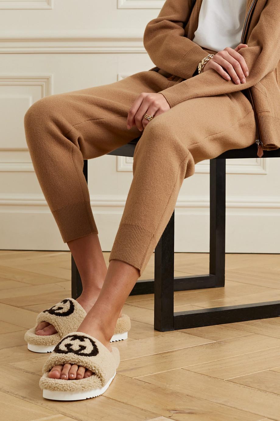 Gucci Eileen Slides aus Shearling mit Logoprint