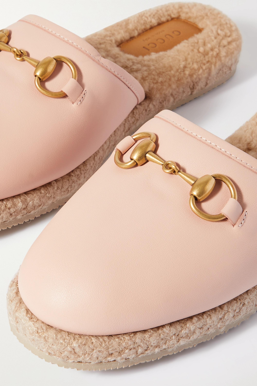 Gucci Fria Slippers aus Leder mit Shearling-Futter und Horsebit-Detail