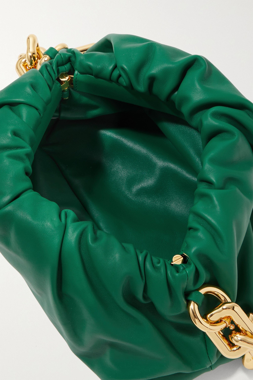 Bottega Veneta The Pouch Clutch aus Leder mit Raffungen und Kette