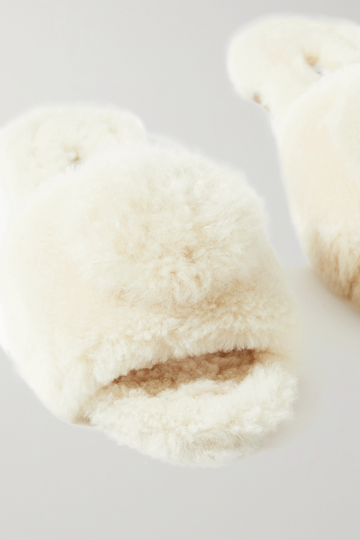 Aquazzura Foxy Pantoletten aus Shearling mit Pompon