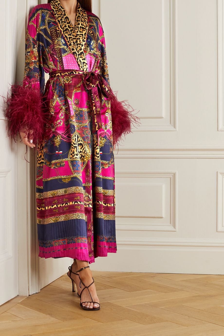 Camilla Veste longue en satin de soie imprimé à plumes et à ceinture Dining Hall Darling