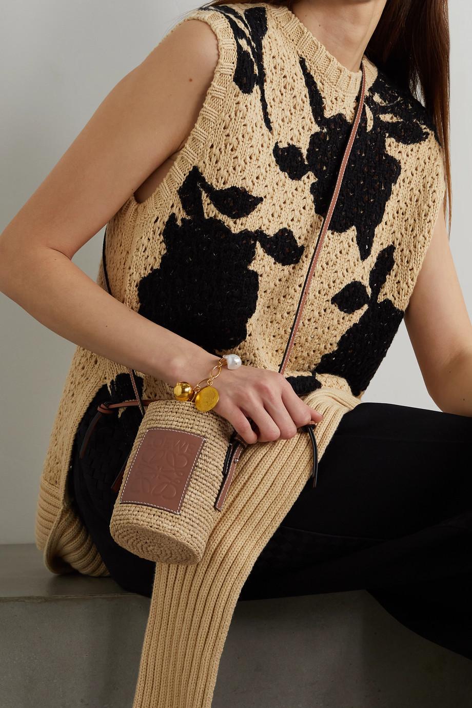 Loewe + Paula's Ibiza Beuteltasche aus geflochtenem Raffiabast und Hanf mit Lederbesätzen