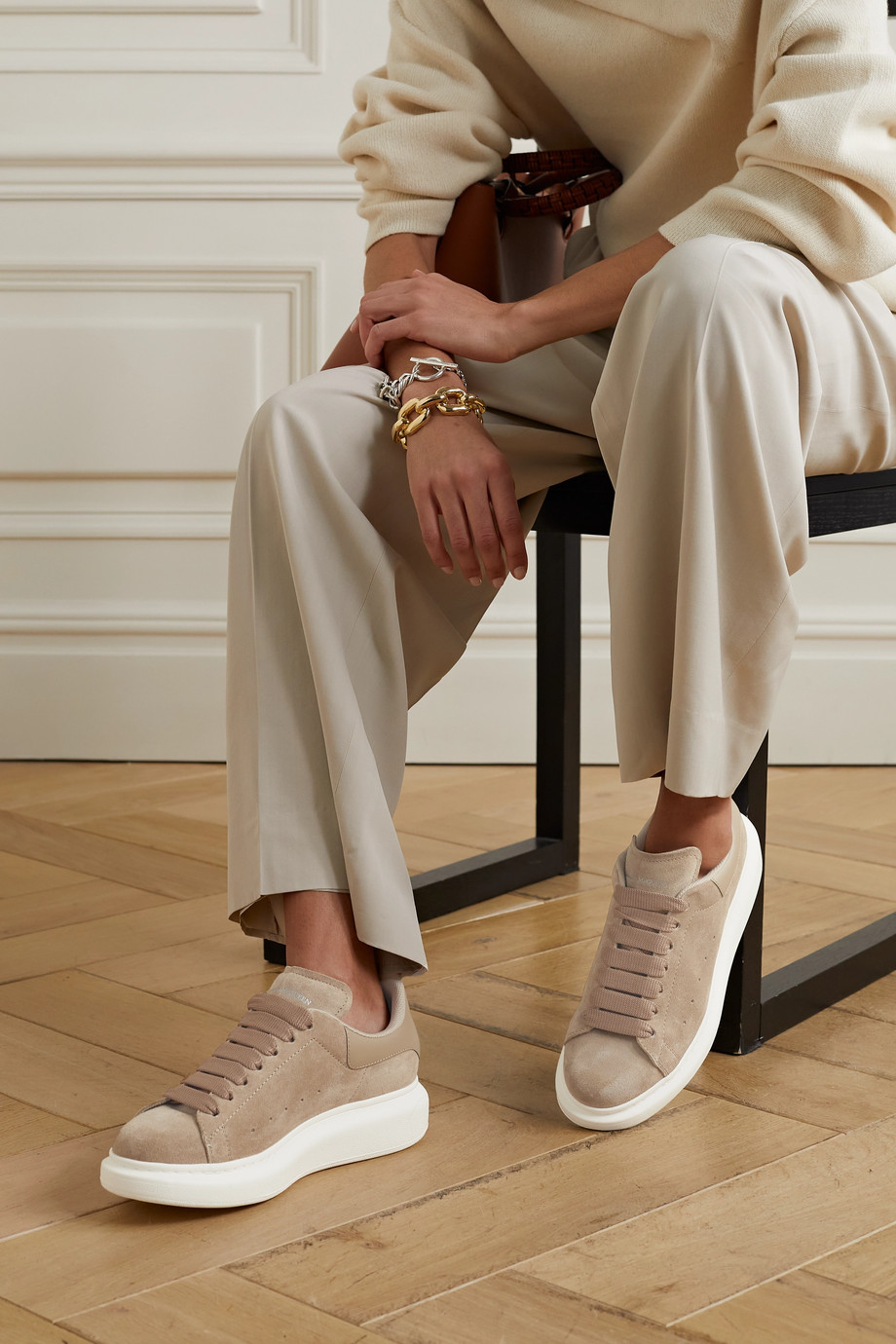 Alexander McQueen Sneakers aus Veloursleder mit Lederbesatz und überstehender Sohle