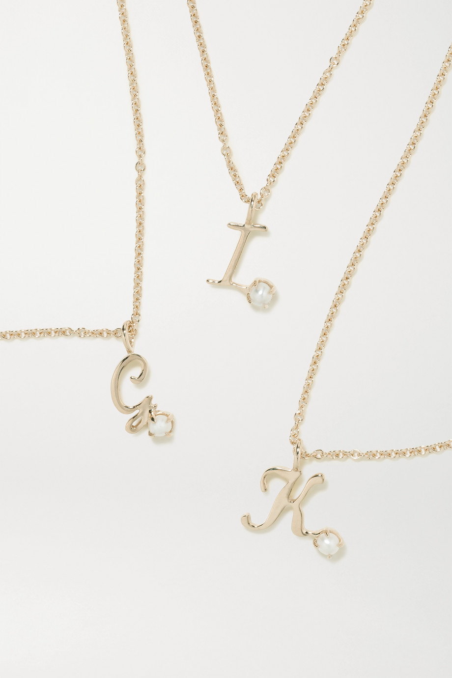 STONE AND STRAND Collier en or 9 carats et en perle Alphabet