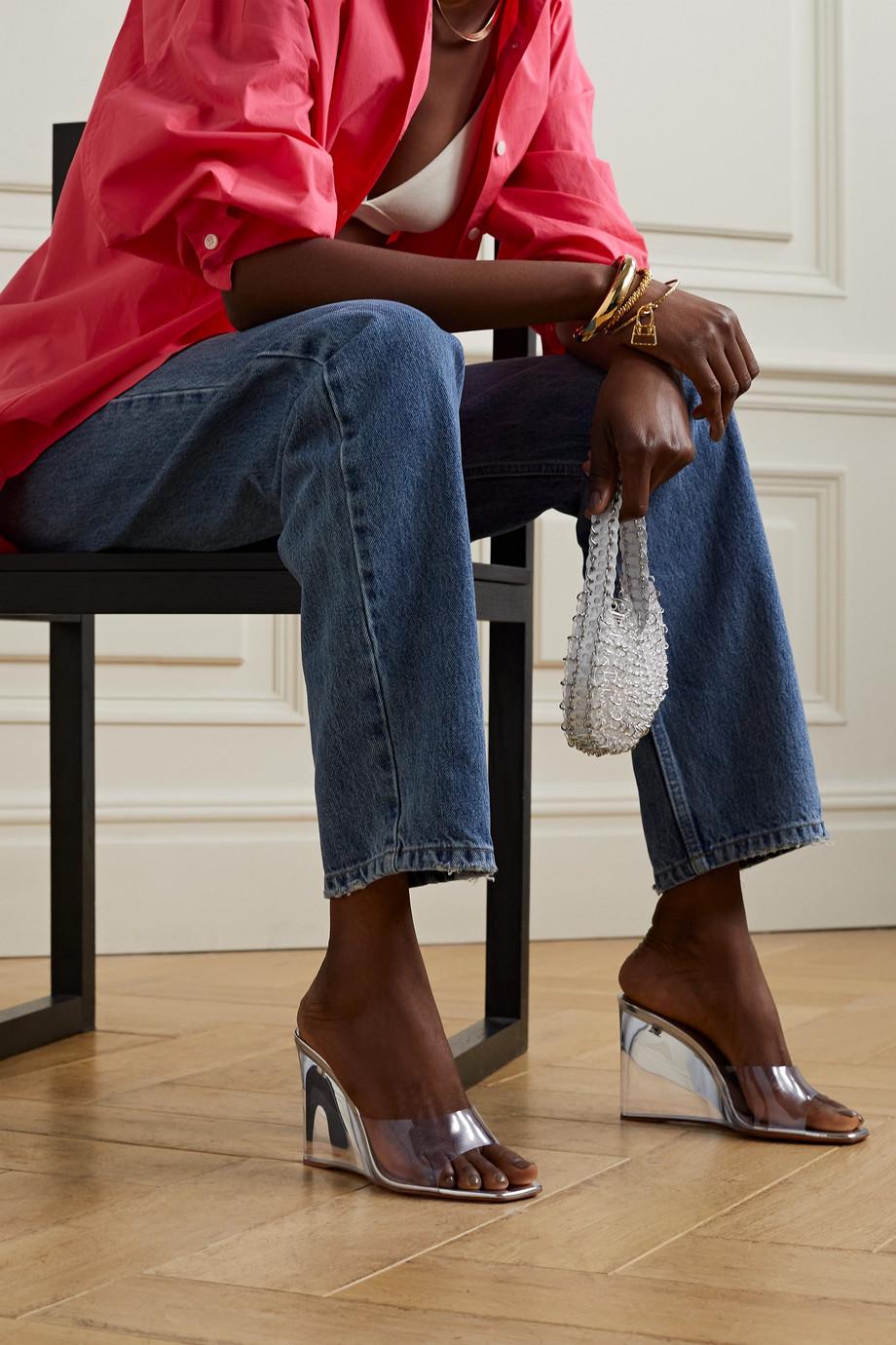 Amina Muaddi Lupita Mules aus PVC und Metallic-Leder mit Keilabsatz