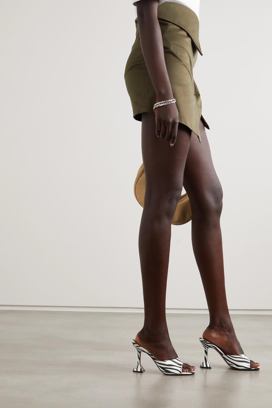 Amina Muaddi Mules en satin à imprimé zèbre Lupita