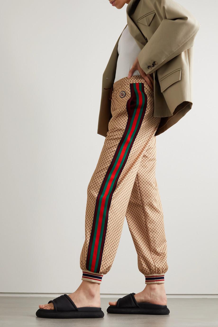 Gucci Jogginghose aus bedrucktem technischem Jersey mit Streifen und Applikation
